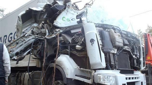 Kamion přerazil strom, řidič vyvázl bez jakýchkoliv zranění