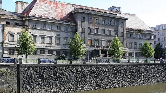 Městské lázně na Denisově nábřeží v Plzni.