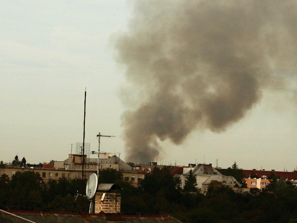 Požár ubytovny je vidět i ze vzdálených míst.