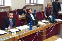 Fotoaparáty připoutanými řetězy se zámkem, aby je nikdo nemohl odnést, vyšperkovali při posledním jednání městských zastupitelů svoje opoziční lavice politici z TOP 09