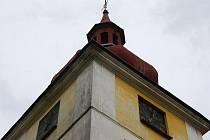 V Dolní Lukavici pohřešují hodinový stroj z kostelní věže.