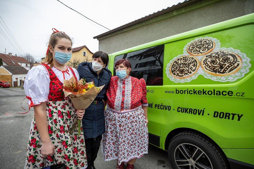 Vítězové regionální potraviny převzali ceny. Cenu hejtmanky získal povidlový křehký koláček z dílny Marie Vondrovicové. Foto: RPPK