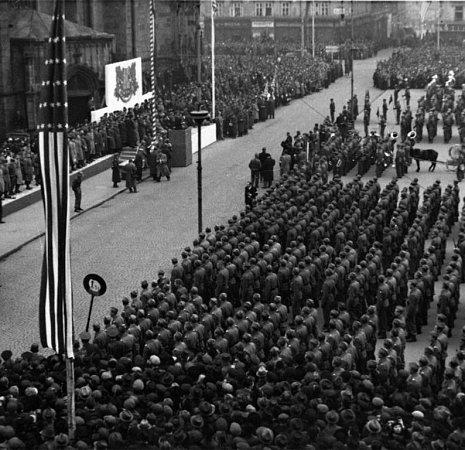 Velká vojenská přehlídka se konala na náměstí.