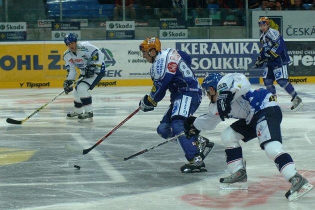 ÚTOČNÍKA OMEZUJE BOLEST.   Centr Jaroslav Kracík  (na archivním snímku  druhý zleva)  věří, že by se do  sestavy hokejové Plzně  mohl vrátit už koncem týdne.  Zatím  ho omezuje  zranění