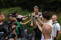 Novináři vznášejí dotazy na vládního koordinátora pro komunikaci programu protiraketové obrany Tomáše Klvaňu
