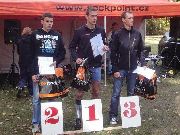 Medailové příčky v závodě mužů obsadili zleva  Pavel Olič, vítěz Tomáš Jaša a Michal Málek