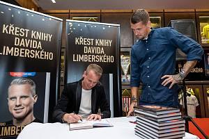 LUKÁŠ HEJDA na středečním křtu autobiografie Davida Limberského, kterou si nechal od bývalého spoluhráče z Viktorie Plzeň podepsat.