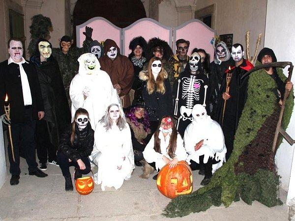 Hallowenská strašidla. Dvacítka nadpřirozených bytostí čekala vsobotu vpodvečer na děti idospělé vkřimickém zámeckém sklepení