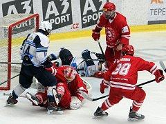 Finálové utkání Plzně s Třincem (červené dresy) bolelo oba týmy. Mela před třineckou brankou během nedělního zápasu v Plzni, který domácí vyhráli 3:2