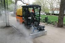 Město Plzeň zakoupilo unikátní stroj na hubení plevele