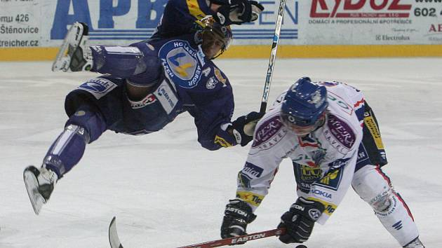 Hokejisté HC Lasselsberger Plzeň  (modrý dres) porazili na domácím ledě Kladno  vysoko 5:1.
