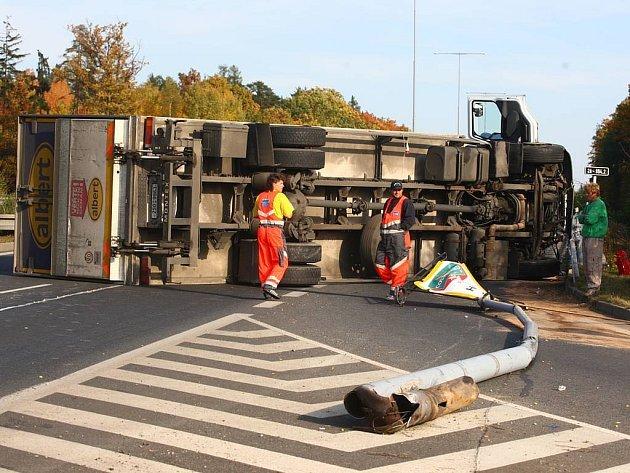 Na Rokycanské ulici směrem na Prahu se neděli odpoledne převrátil kamion.