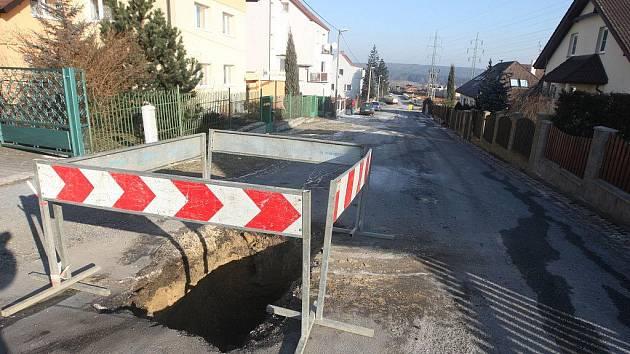 Prasklý vodovod v ulici Pod Stráží v Plzni