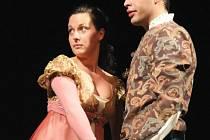 Kristýna Hlaváčková a Jan Maléř v titulních rolích při zkoušce nové plzeňské inscenace Shakespearovy tragédie Romeo a Julie. Premiéra se uskuteční v sobotu na scéně Velkého divadla v Plzni