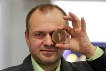 Sběratel medailí Milan Baše vystavuje v Plzni