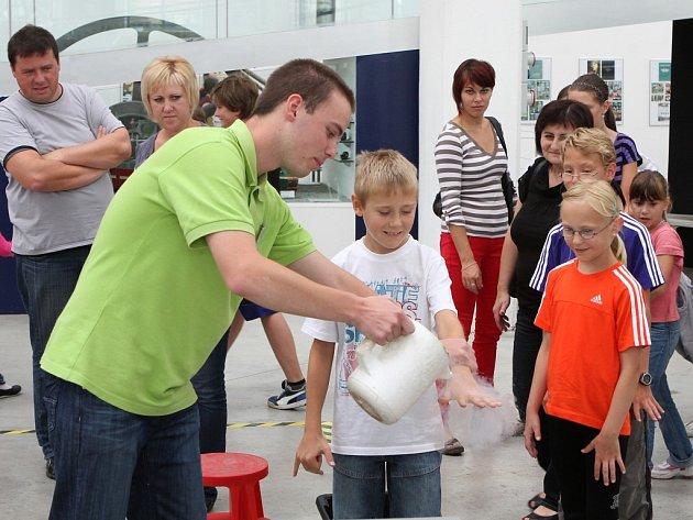 Jeden z experimentů s dusíkem předváděný v plzeňské Techmanii zaujal přihlížející a hlavně přítomné děti