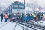 Tři lidské životy si vyžádala vážná dopravní nehoda, k níž došlo v pátek kolem půl šesté ráno na železničním přejezdu ve Vejprnicích.