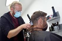 Od pondělí jsou opět pro veřejnost otevřena kadeřnictví. Na snímku Jiří Baloun z kadeřnictví Balounovi ve Třemošné na severním Plzeňsku.