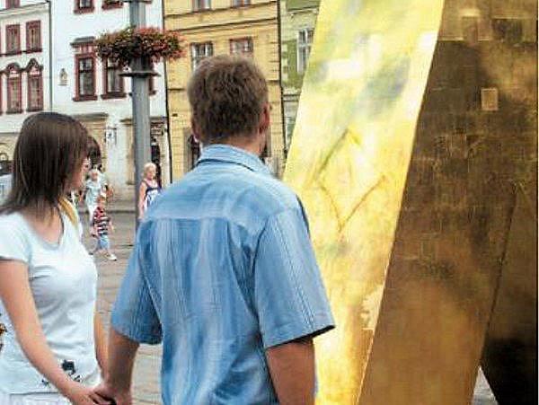 Na nových kašnách na plzeňském náměstí Republiky stále přibývají další vyryté obrazce a nápisy.