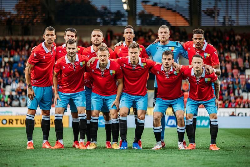 Hráči pak vyběhli k zápasu v unikátních retro dresech a oslavili jubileum vítězstvím 2:1 nad Českými Budějovicemi.