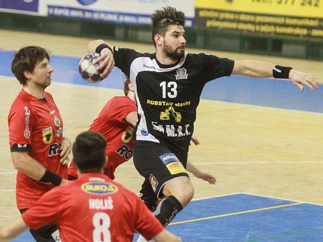 Milan Škvařil na snímku v černém dresu.