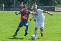 Hladkou výhrou dorostu Viktorie skončil jeho duel s Baníkem Ostrava. Na snímku bojuje o míč se soupeřem kapitán Plzeňanů Martin Petr (vlevo).