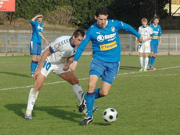 Tomáš Hájovský (vpravo) byl tentokrát v souboji dvou vysokých hráčů úspěšnější než jeho protivník, liberecký útočník Smetana. Béčko Viktorie porazilo v ČFL rezervu Liberce 2:0.
