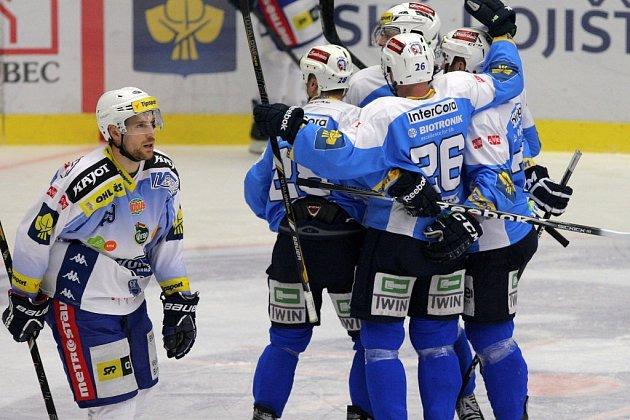 Hokejisté Plzně rozstříleli Chomutov 6:2 a šestou výhrou v řadě si upevnili první příčku v extraligové tabulce, které vévodí před Zlínem s náskokem 10 bodů.