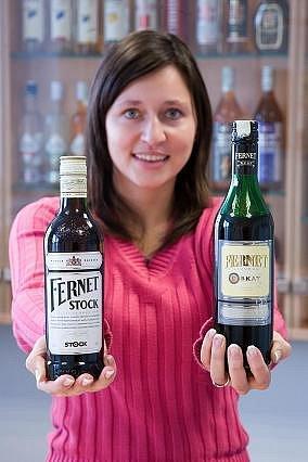 Originál a údajný plagiát. Krajský soud v Praze nařídil společnosti United Brands stáhnout z prodeje Fernet Liquer Skay (vpravo), údajný plagiát plzeňského Fernetu Stock (vlevo).