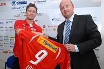 Do jarních odvet nastoupí Martin Fillo (vlevo) za Plzeň v dresu s číslem devět, který mu slavnostně předal generální manažer klubu Adolf Šádek