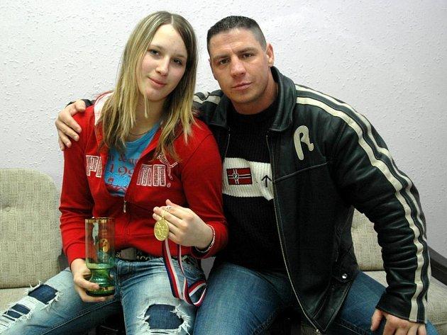 Bojovnice Naramy Plzeň Martina Jindrová (na snímku se svým koučem Janem Kalašem) se hned při prvním startu na mistrovství republiky v boxu dočkala mistrovského titulu