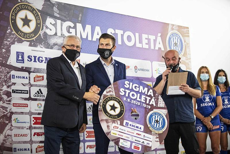 Křest filmu Sigma Stoletá proběhl v Olomouci. Petr Uličný (vlevo).