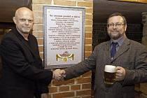 Publicista Zdeněk Roučka (vlevo) a historik Miroslav Hus při odhalení pamětní desky v restauraci Uctívaný velbloud