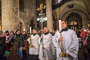 Kněží plzeňské diecéze se vydali průvodem z biskupství do katedrály sv. Bartoloměje, aby společně zahájili postní dobu.