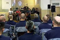 Koncert skupiny Zrní ve věznici v Plzni na Borech.