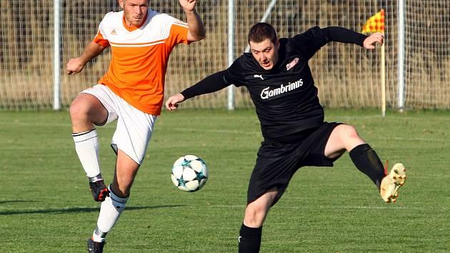 Fotbalisté Dobřan (hráč vlevo) doma podlehli Hradci po penaltovém rozstřelu a přezimují na druhém místě.
