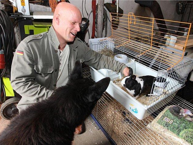 Marek Kreml  se ve svém zvířecím hotelu ve Třemošné stará kromě jiných zvířat také o zakrslého králíka