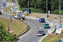 Řidiče, kteří projíždějí přes Rondel na Karlovarské, čeká během léta částečná uzavírka.