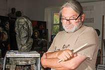 Busta Jana Husa. Ta vznikla v dílně plzeňského sochaře, restaurátora a malíře Jaroslava Šindeláře.