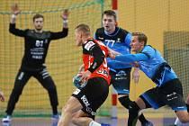 Gólman Karel Šmíd sleduje počínání svých spoluhráčů v obraně ve středečním utkání s Novým Veselím.