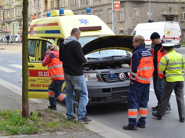 Řidička nabourala sanitku, devítiletá holčička skončila v nemocnici