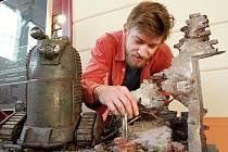 Na Animánii už od pondělí láká výstava filmových dekorací a loutek z filmu Vánoční balada, která je k vidění v Moving Station. Na snímku je výtvarník Michal Kubíček