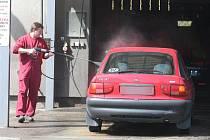 Poškození laku se mnohdy objeví už při předmytí auta