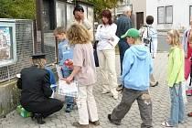Zebra se těšila velikému zájmu dětí i rodičů. Pavla Soukupová  (vlevo dole) právě rozdává dětem pexesa a rozvrhy hodin s logem Policie ČR a Zdravotní pojišťovny ministerstva vnitra.