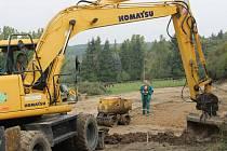 Na louce u Blovic začala výstavba nového koupaliště