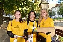 Dobrovolnice nabízející žlutý kvítek měsíčku lékařského. Váš příspěvek podpoří boj proti rakovině. V ulicích je můžete potkat v pátek 1. října.