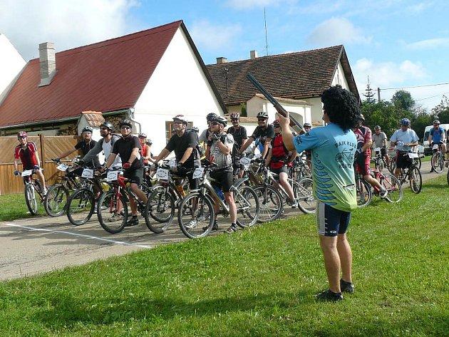 Střelbou ze vzduchovky odstartoval jeden z organizátorů Jan Potůček  sedmý ročník cykloprojížďky nazvané Hlineckým rájem.  Na startu čtyř tras se sešlo rekordních sto sedmdesát účastníků