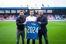 Záložník Pavel Bucha prodloužil v plzeňské Viktorii smlouvu do roku 2024, na snímku je s generálním manažerem klubu Adolfem Šádkem a Viktorem Kolářem z agentury Sport Invest.