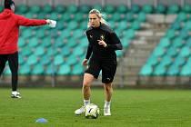 KATEŘINA SVITKOVÁ na reprezentačním srazu v Chomutově, kde dnes rozehrají české fotbalistky baráž se Švýcarskem o mistrovství Evropy, které bude hostit příští rok Anglie.