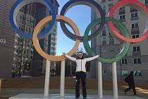 Kateřina Beroušková pózuje v Pchjongčchangu pod olympijskými kruhy.